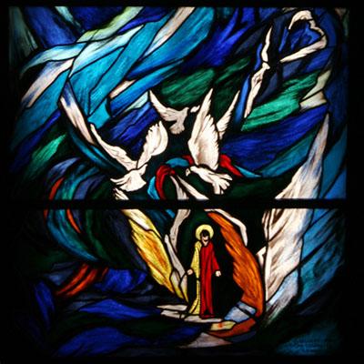 FIGURÁLNÍ VITRÁŽ V SAKRISTII KOSTELA SV. VÁCLAVA, PRAHA – BOHNICE, 100x200 cm, AUTOR: OLDŘICH SELUCKÝ, REALIZACE: 2011