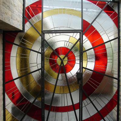 GEOMETRICKÁ VITRÁŽ DĚLÍCÍ TERASU RODINÉHO DOMU, 260x280 cm, PRAHA, REALIZACE 2006